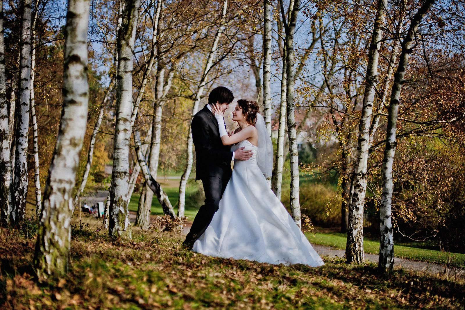 Hochzeitsfotograf Berlin mit einem Brautpaar im Herbst im Standesamt Hochzeitsvilla Zehlendorf