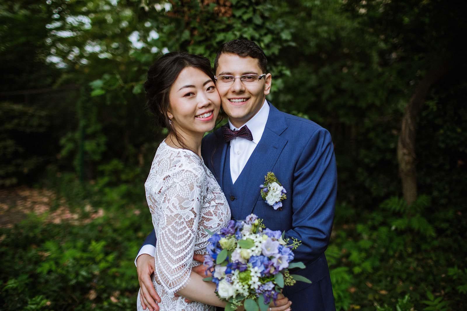 Hochzeitsfotograf Berlin beim Fotoshooting mit einem Brautpaar an der Villa Kogge