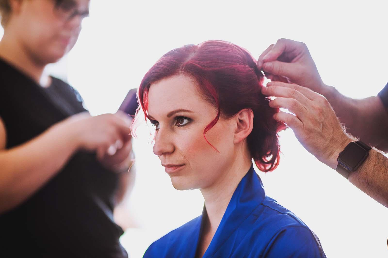 Braut wird frisiert bei den Vorbereitungen zur Hochzeit Copyright by Hochzeitsfotograf www.berliner-hochzeitsfotografie.de