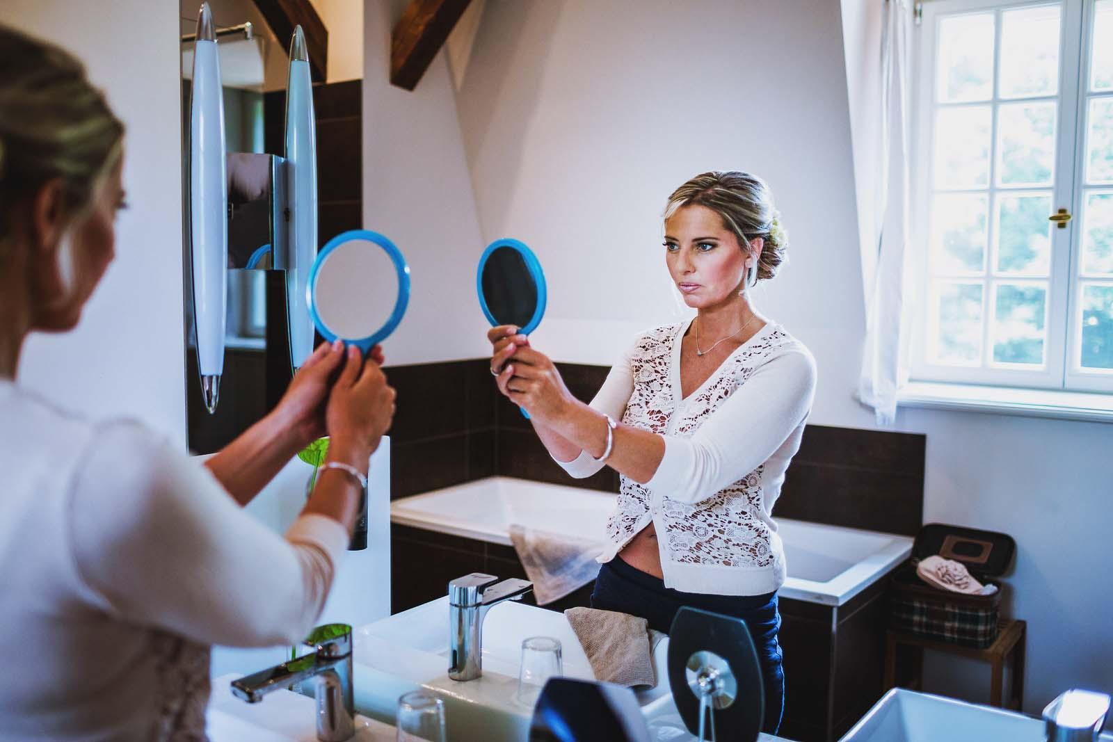 Hochzeitsreportage zeigt Bild der Braut beim Getting Ready Copyright by Hochzeitsfotograf www.berliner-hochzeitsfotografie.de