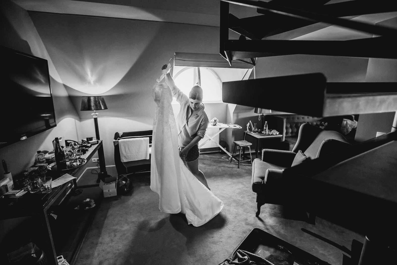 Braut mit Brautlkleid Hochzeitsreportage vom professionellem Footografen Copyright by Hochzeitsfotograf www.berliner-hochzeitsfotografie.de