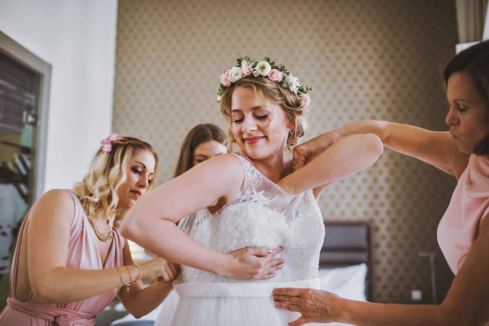 Hochzeitsfotograf Berlin Vorbereitungen der Braut Copyright by Hochzeitsfotograf www.berliner-hochzeitsfotografie.de