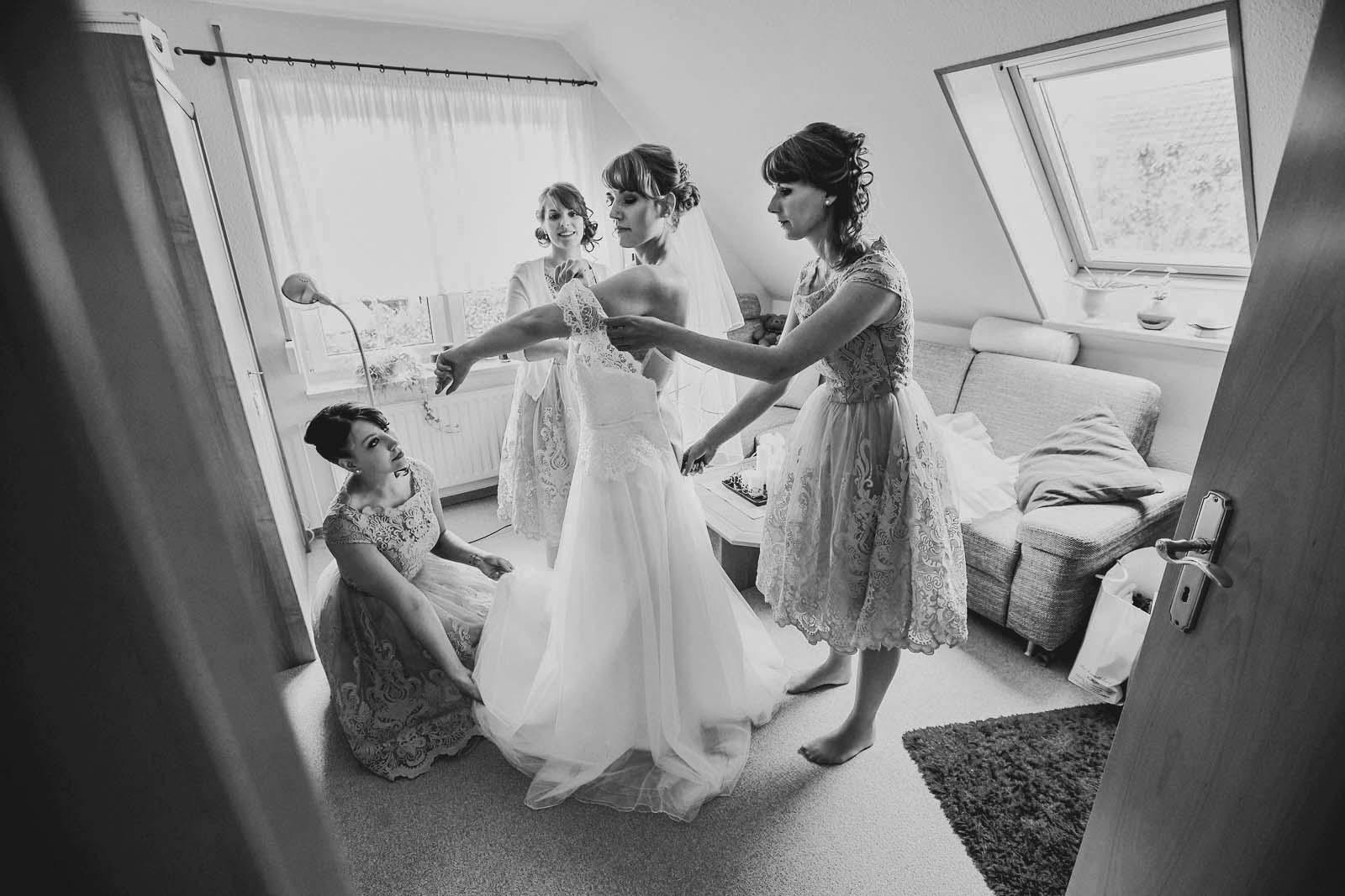 Hochzeitsfotograf Schwerin begleitet eine Braut mit Brautjungfern bei den Vorbereitungen Copyright by Hochzeitsfotograf www.berliner-hochzeitsfotografie.de