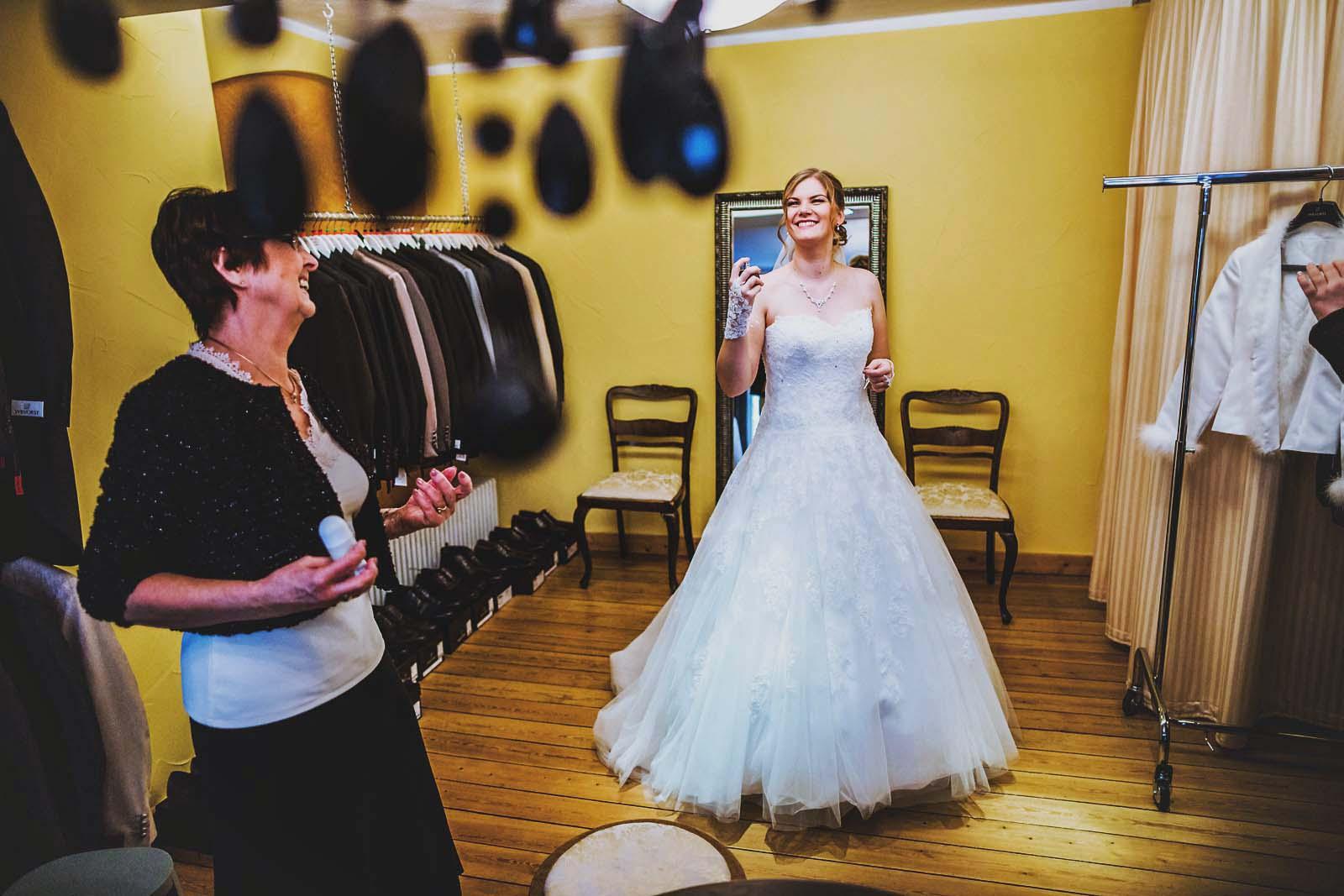 Braut bei Vorbereitungen im Hochzeitshaus Saffran Stralsund Copyright by Hochzeitsfotograf www.berliner-hochzeitsfotografie.de