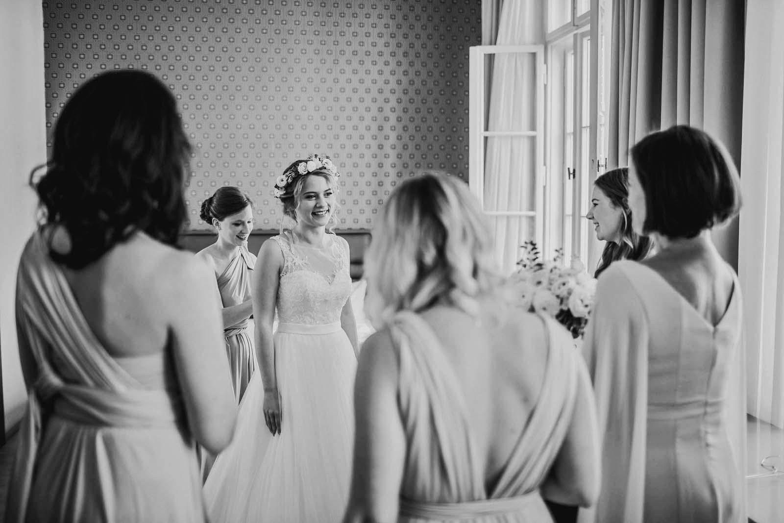Foto der Hochzeitsreportage der Braut bei den Vorbereitungen Copyright by Hochzeitsfotograf www.berliner-hochzeitsfotografie.de