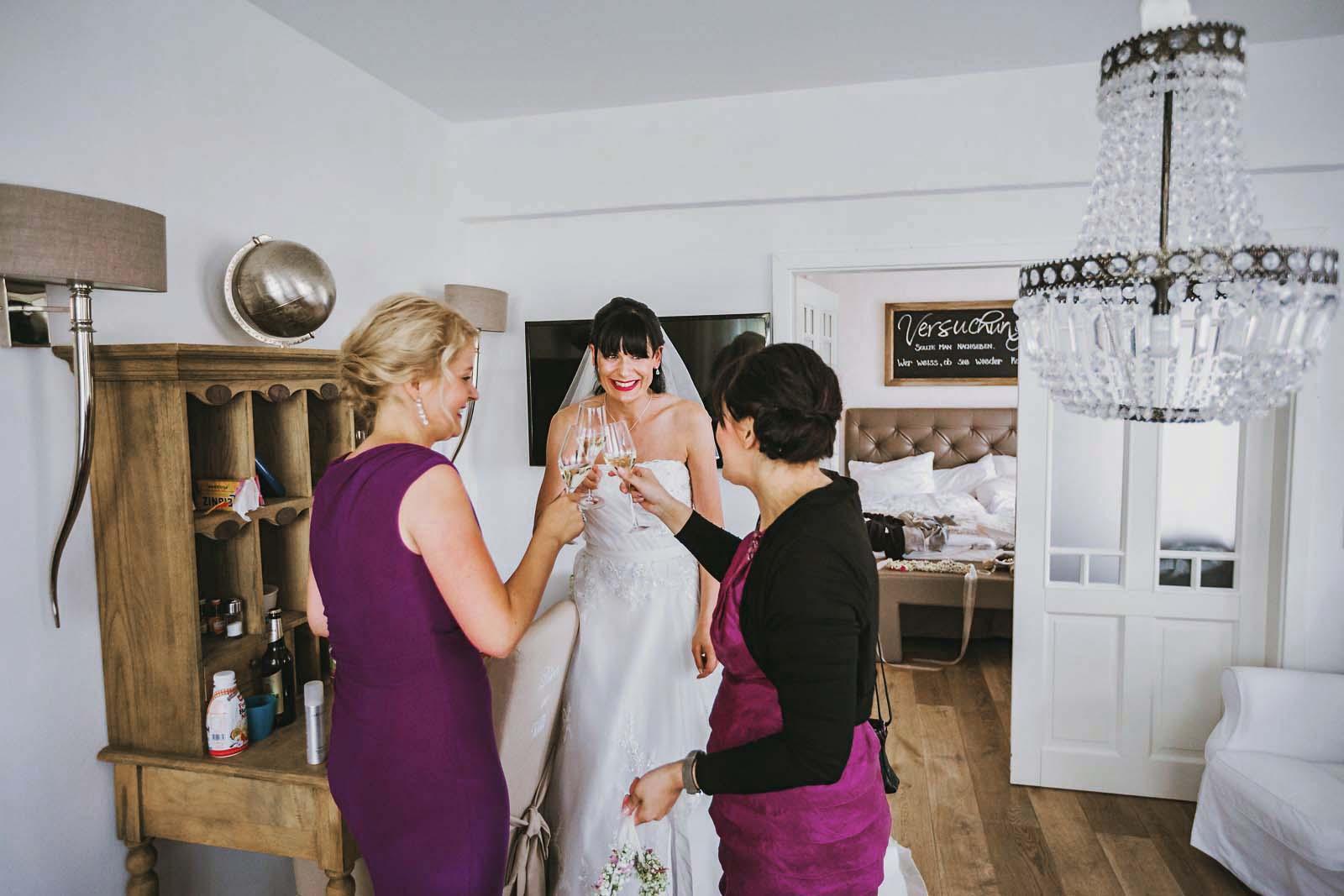 Braut und Brautjungfern im Spreewaldresort Seinerzeit Fotograf der Hochzeitsreportage Copyright by Hochzeitsfotograf www.berliner-hochzeitsfotografie.de