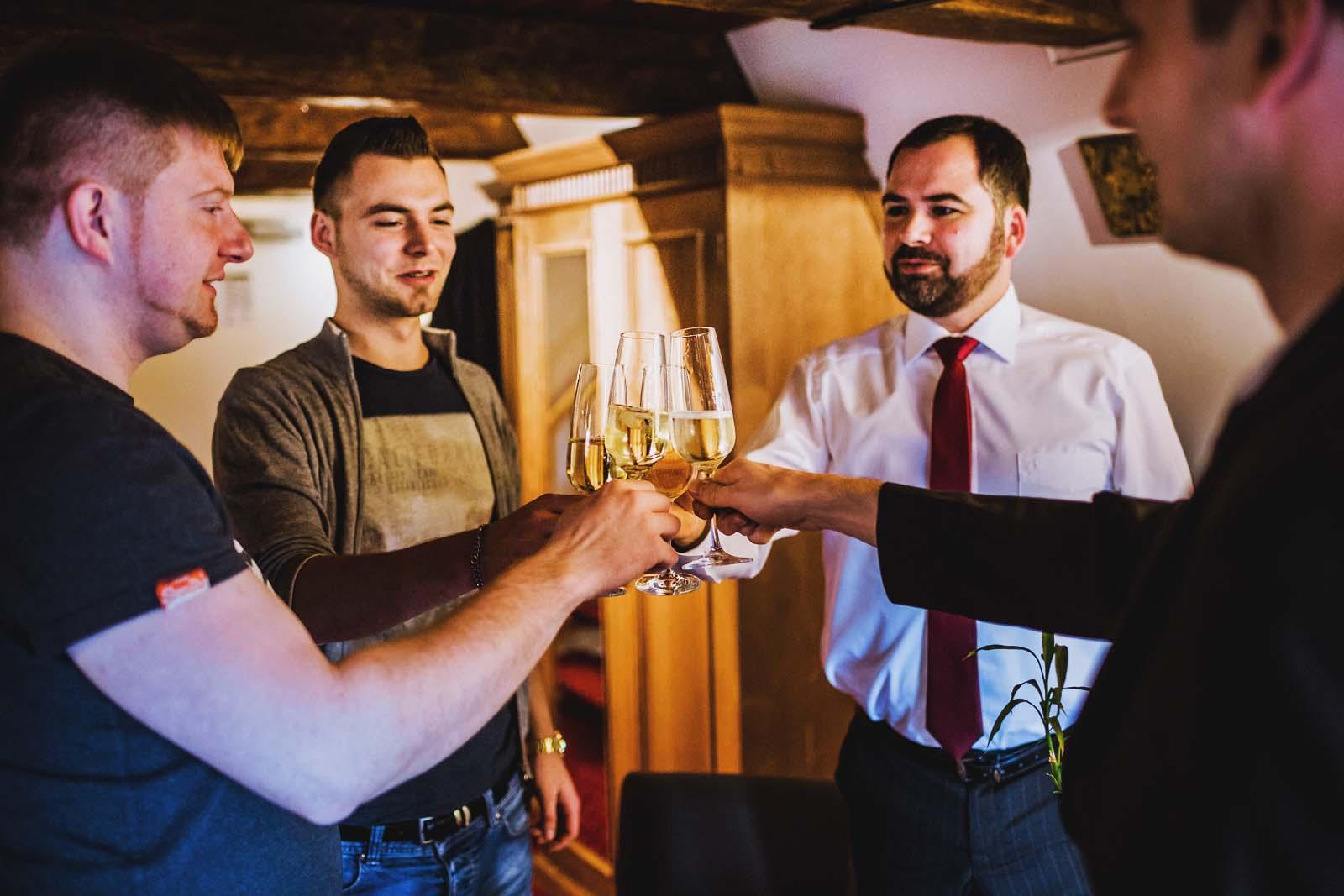 Braeutigam bei Vorbereitungen zur Hochzeit in Stralsund Copyright by Hochzeitsfotograf www.berliner-hochzeitsfotografie.de