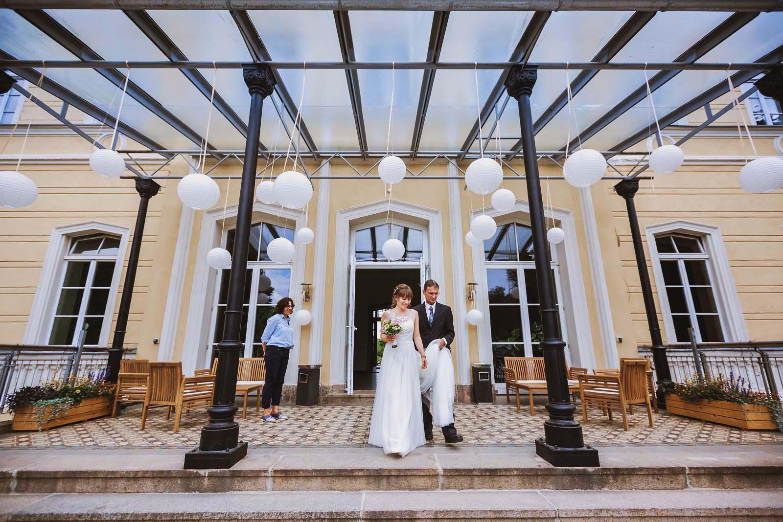 Braut wird vom Vater zur Hochzeit begleitet im Schloss Kroechlendorff Copyright by Hochzeitsfotograf www.berliner-hochzeitsfotografie.de
