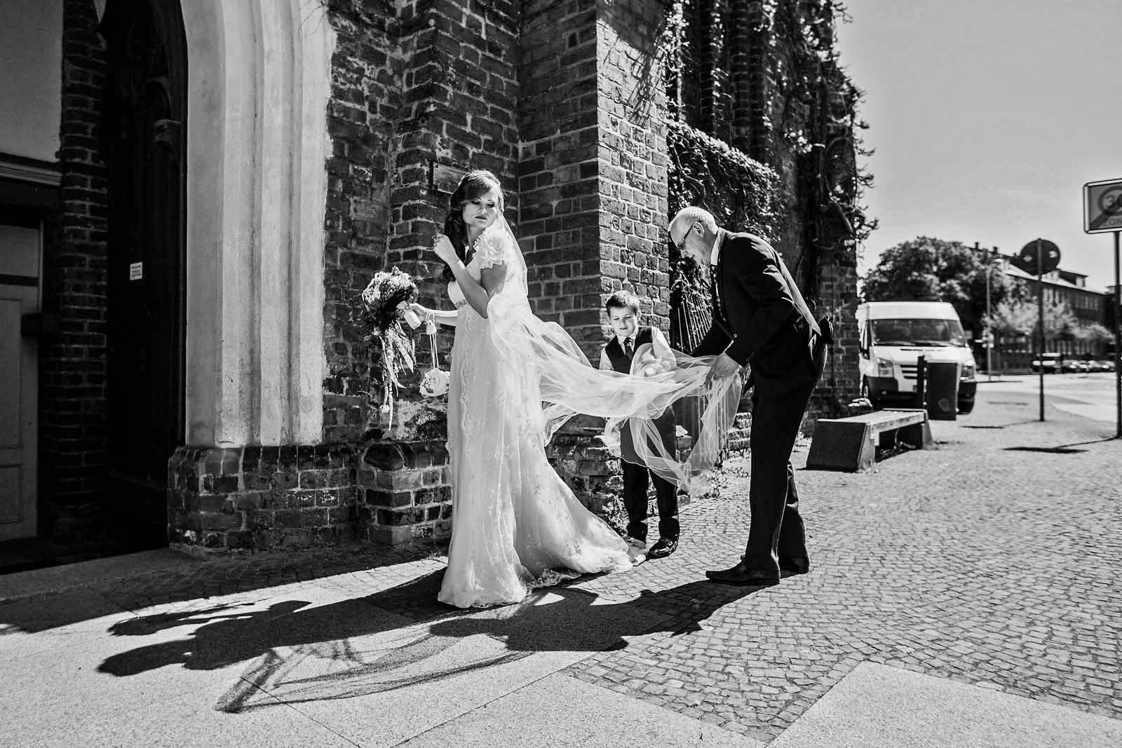 Braut mit Schleier Hochzeitsreportage in Stralsund Copyright by Hochzeitsfotograf www.berliner-hochzeitsfotografie.de