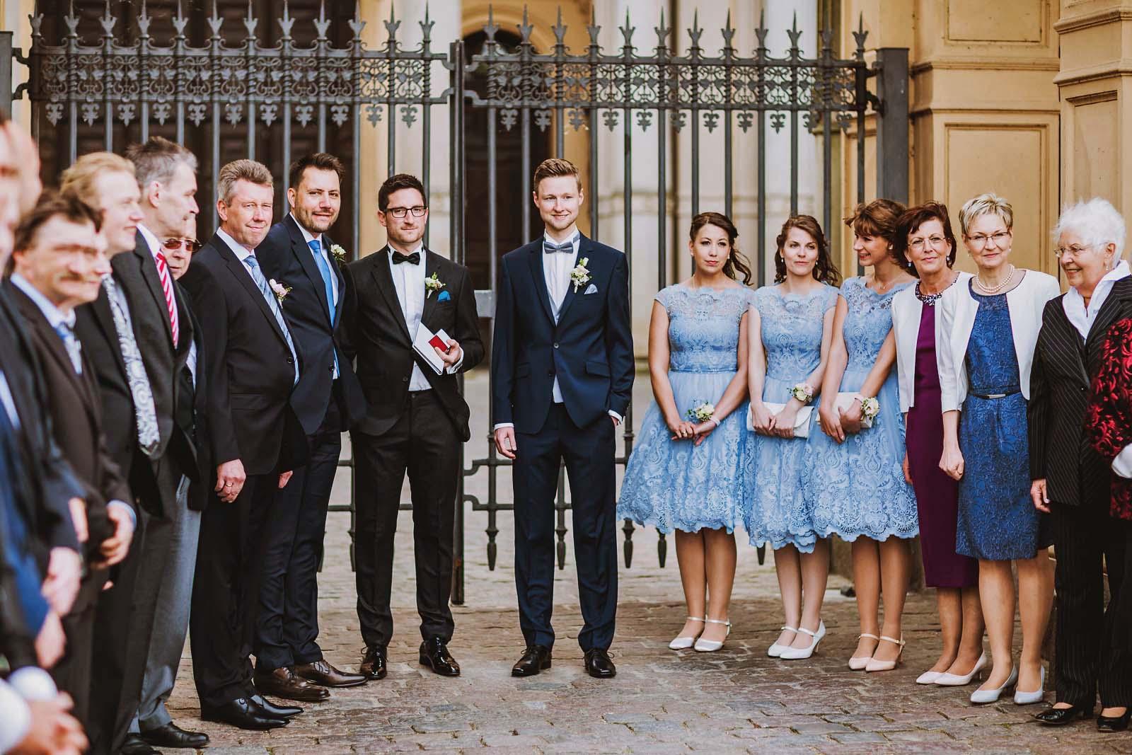 Hochzeitsfotograf Schwerin mit wartendem Braeutigam am Schloss Copyright by Hochzeitsfotograf www.berliner-hochzeitsfotografie.de