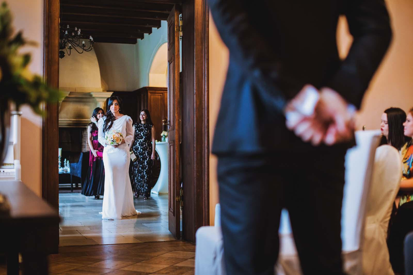 Brautpaar sieht sich bei Hochzeitsreportage im Schloss Kartzow Copyright by Hochzeitsfotograf www.berliner-hochzeitsfotografie.de