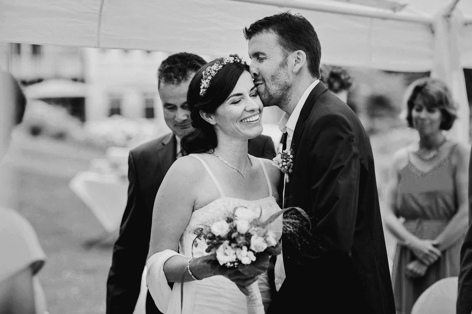 Braeutigam kuesst Braut zur Begruessung Hochzeitsreportage im Landhaus Himmelpfort Copyright by Hochzeitsfotograf www.berliner-hochzeitsfotografie.de