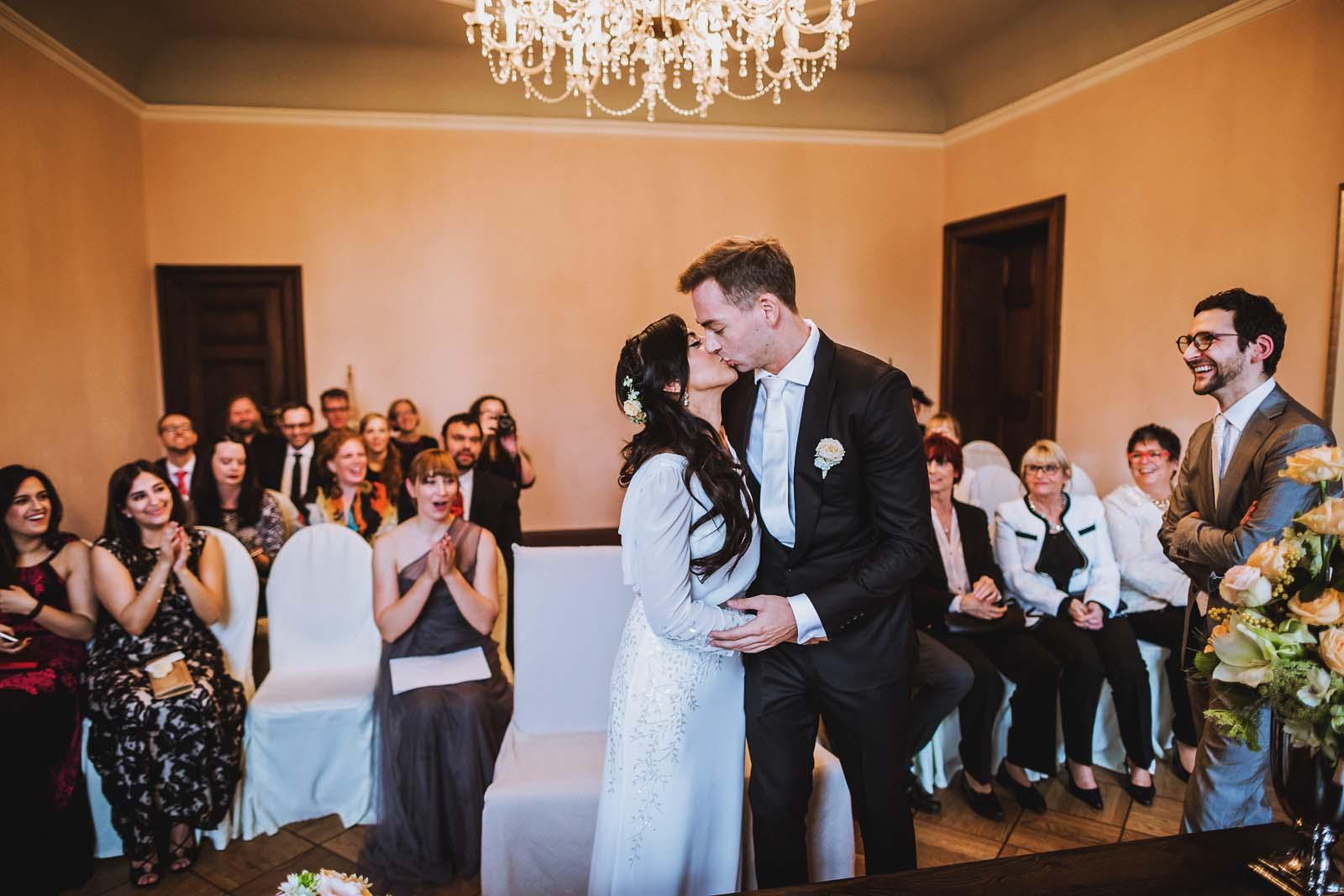 Brautpaar beim Kuss im Schloss Kartzow Hochzeitsreportage Copyright by Hochzeitsfotograf www.berliner-hochzeitsfotografie.de