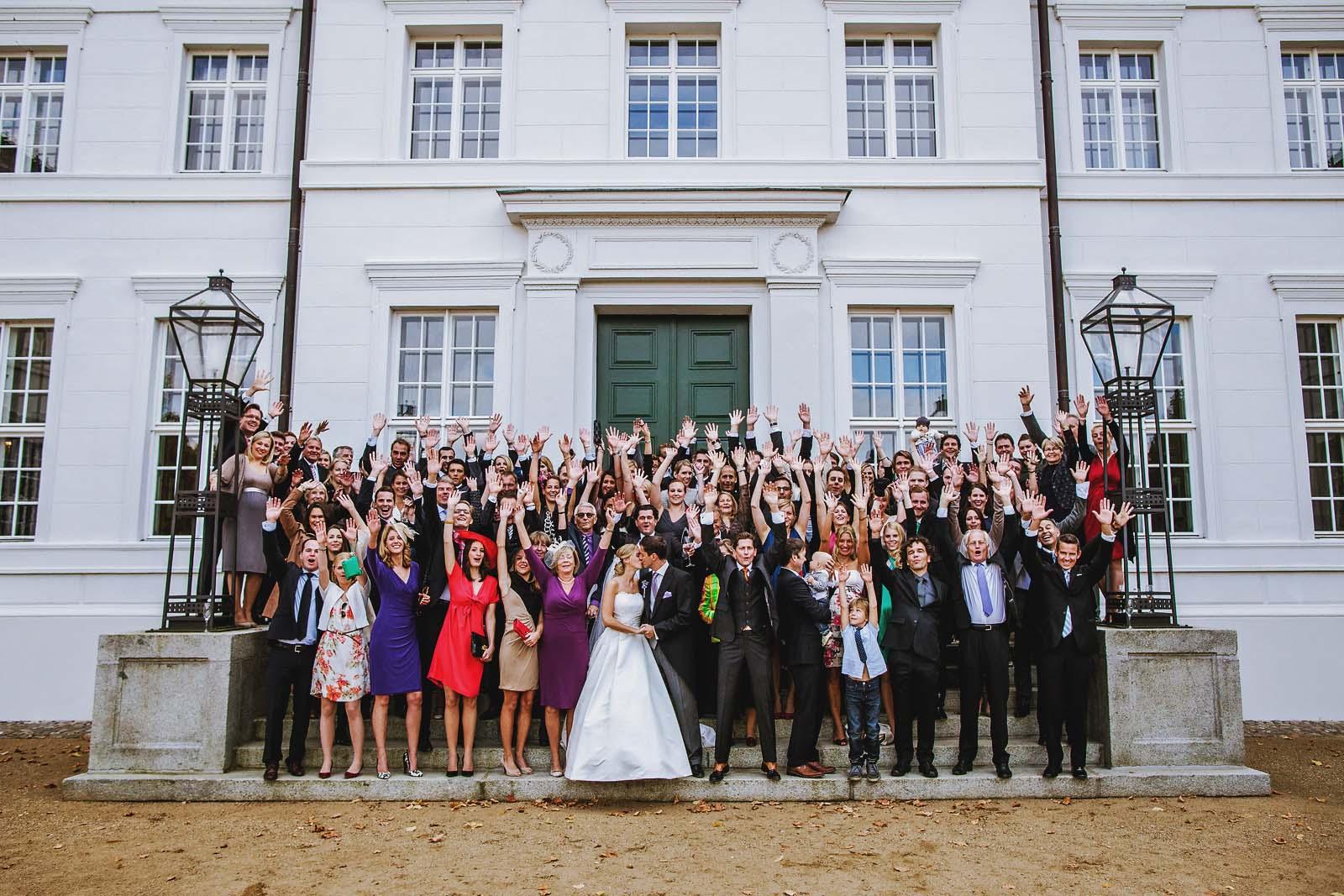 Gruppenfoto einer Hochzeitsgesellschaft am Schloss Neuhardenberg Copyright by Hochzeitsfotograf www.berliner-hochzeitsfotografie.de