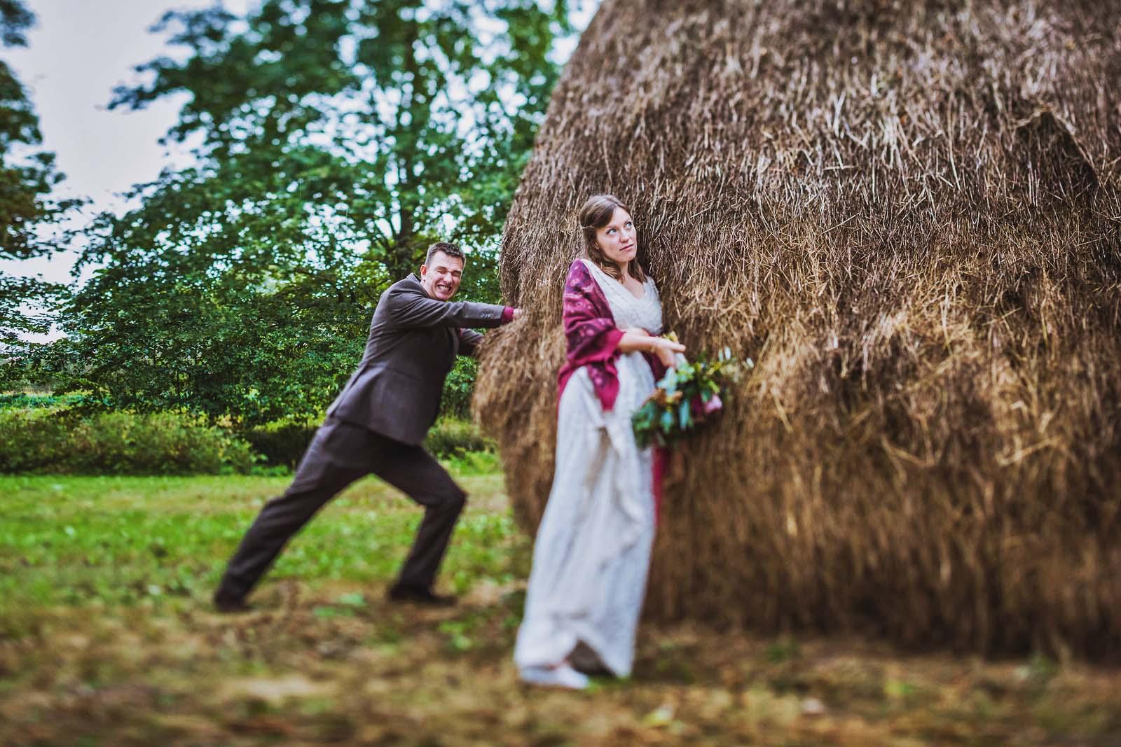 Hochzeitsfotograf Spreewald Brautpaar mit Heuhaufen Copyright by Hochzeitsfotograf www.berliner-hochzeitsfotografie.de
