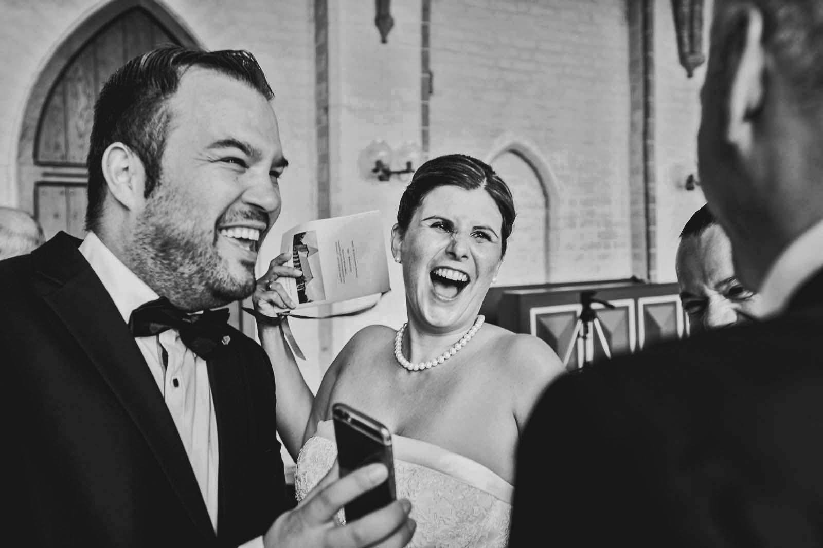 Lachende Braut bei Hochzeitsreportage Copyright by Hochzeitsfotograf www.berliner-hochzeitsfotografie.de