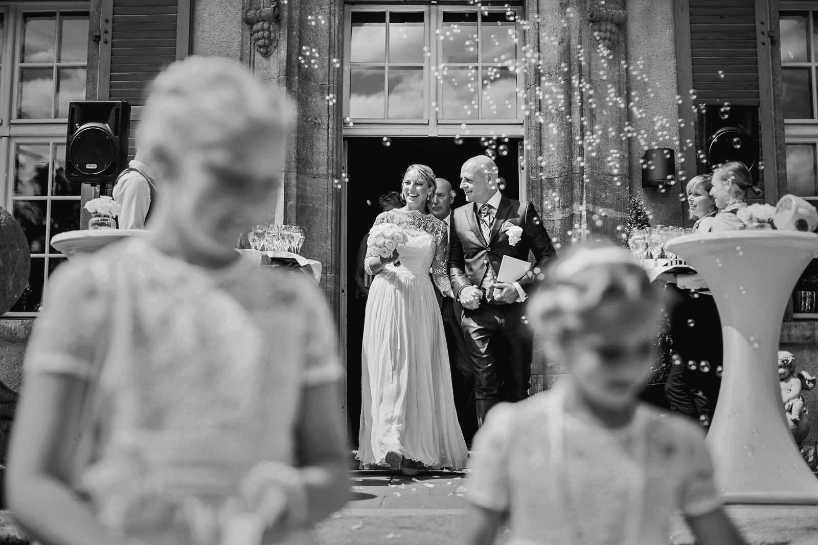 Seifenblasen zur Hochzeit im Schloss Kartzow Copyright by Hochzeitsfotograf www.berliner-hochzeitsfotografie.de