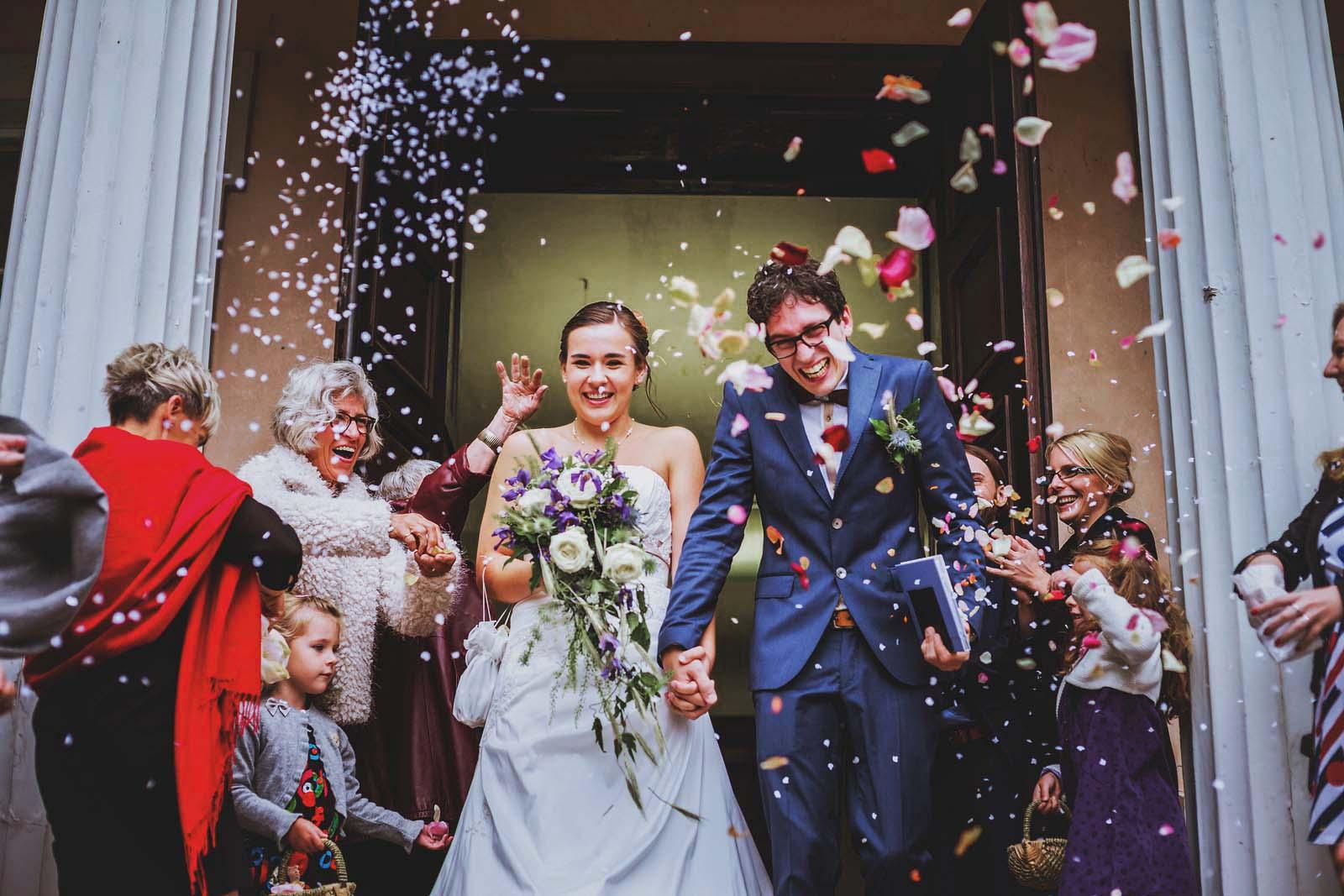 Hochzeitsfotograf Schloss Criewen Brautpaar mit Blueten und Reis Copyright by Hochzeitsfotograf www.berliner-hochzeitsfotografie.de