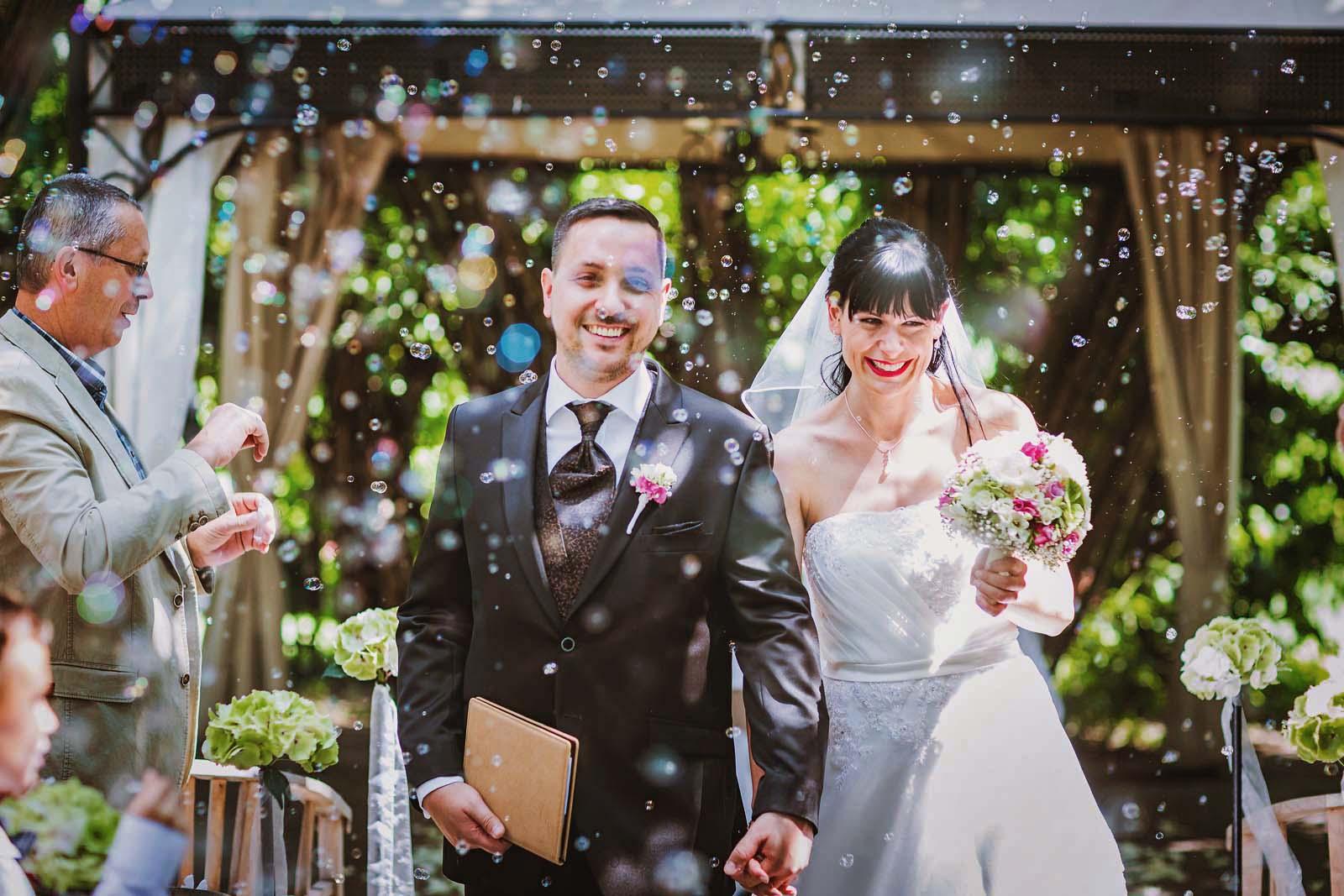 Hochzeitsreportage Footo zeigt Brautpaar und Seifenblasen Copyright by Hochzeitsfotograf www.berliner-hochzeitsfotografie.de