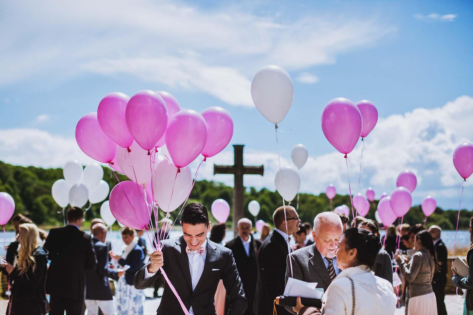 Gaeste mit Luftballons an der Heilandskirche Sacrow Hochzeitsfotograf Potsdam Copyright by Hochzeitsfotograf www.berliner-hochzeitsfotografie.de
