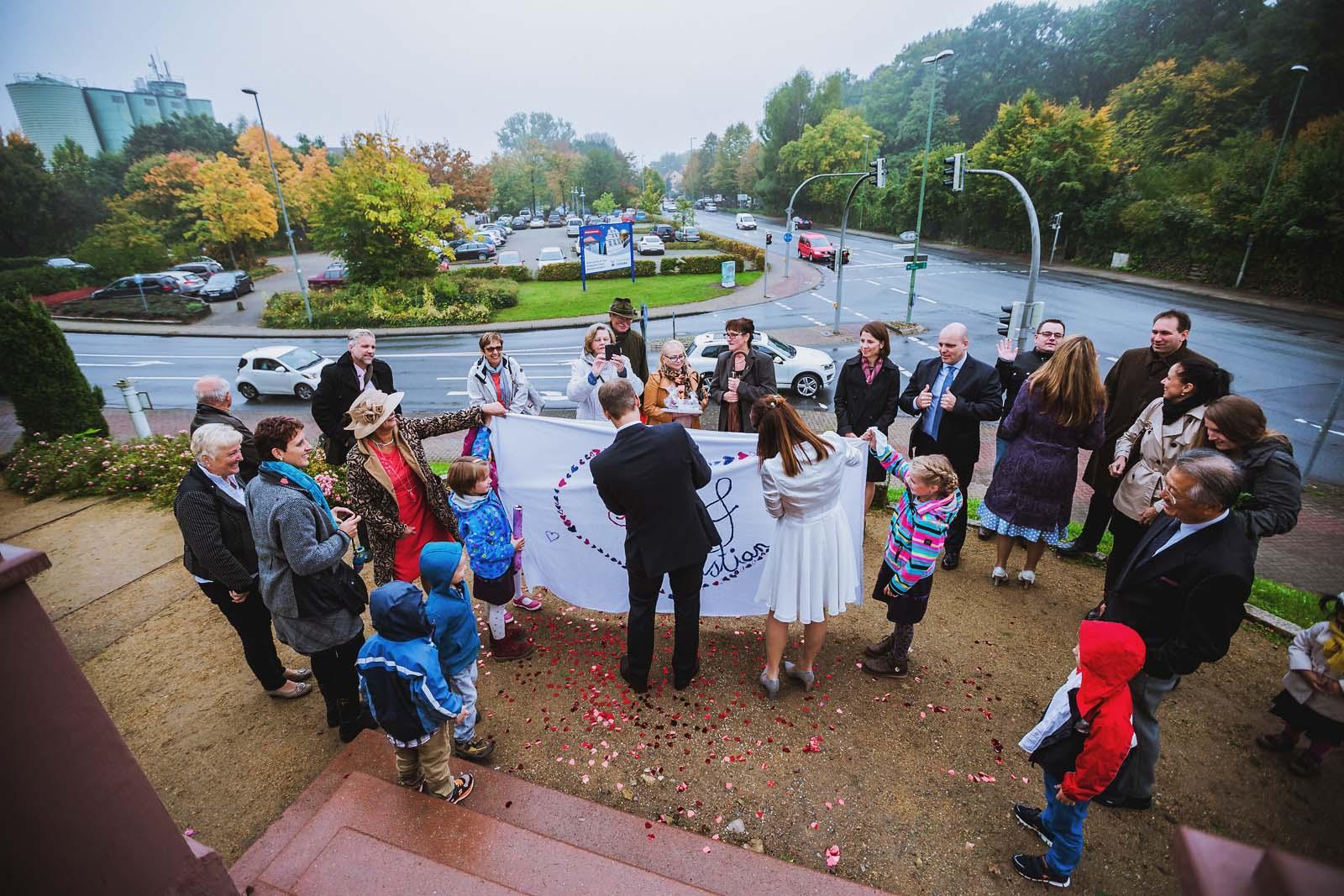 Brautpaar zerschneidet Bettlaken mit Herz nach Hochzeit in der Muehle von Gifhorn Copyright by Hochzeitsfotograf www.berliner-hochzeitsfotografie.de