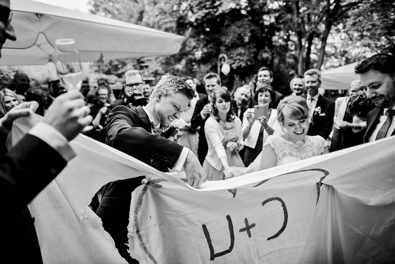 Hochzeitsreportage Foto vom Brautpaar mit Bettlaken mit Herz Copyright by Hochzeitsfotograf www.berliner-hochzeitsfotografie.de