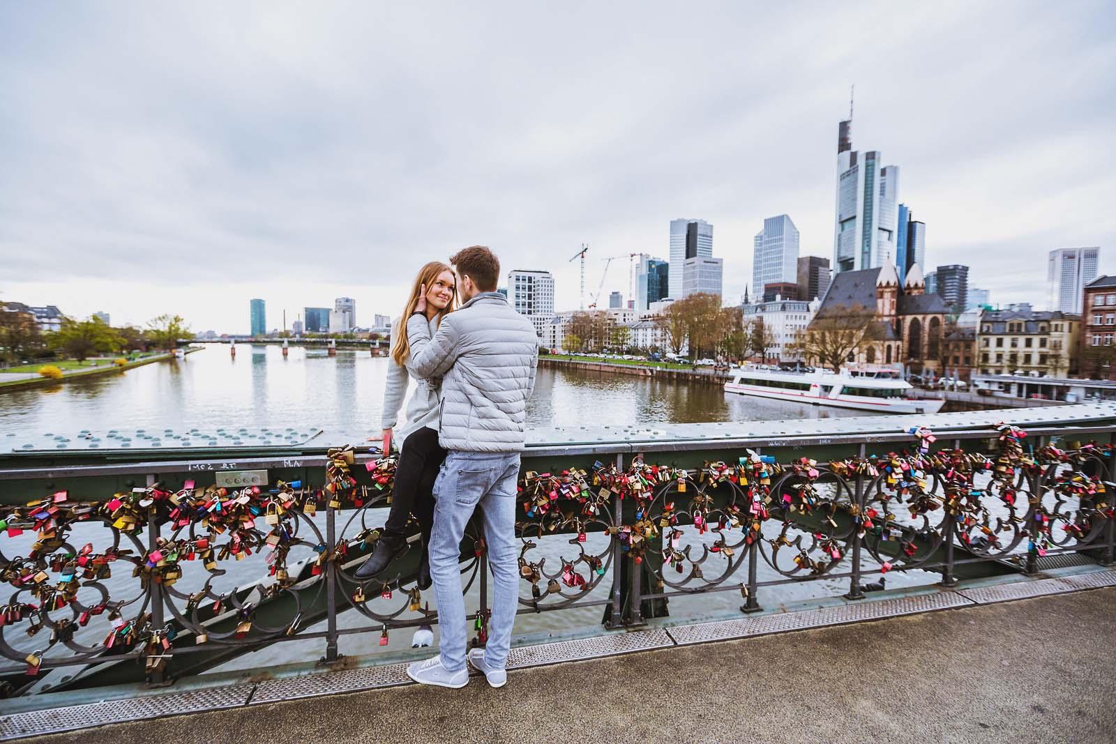 Hochzeitsfotograf mit einem Paar beim Probeshooting in Frankfurt am Main Copyright by Hochzeitsfotograf www.berliner-hochzeitsfotografie.de