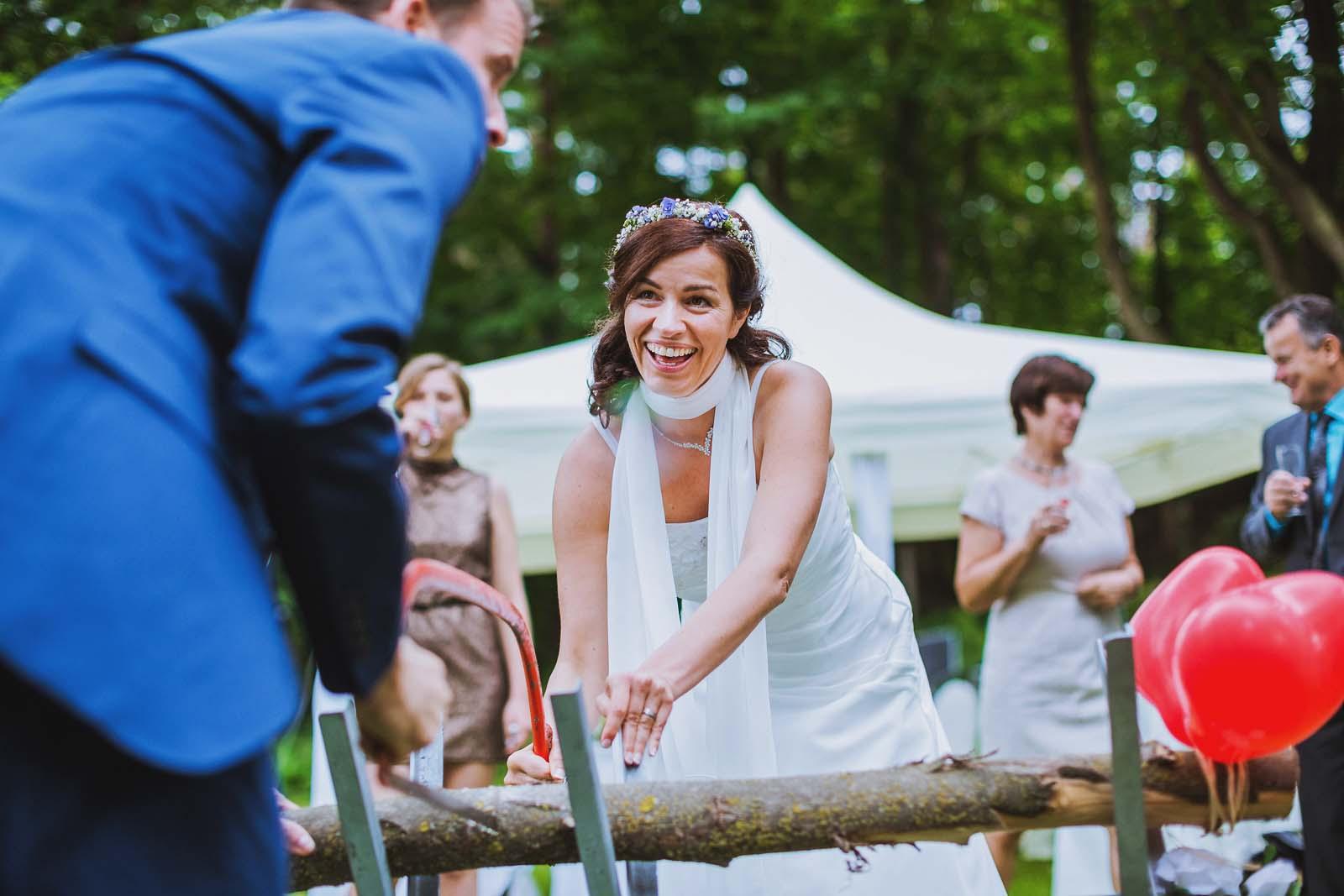 Hochzeitsreportagefoto vom Baumstammsaegen Copyright by Hochzeitsfotograf www.berliner-hochzeitsfotografie.de