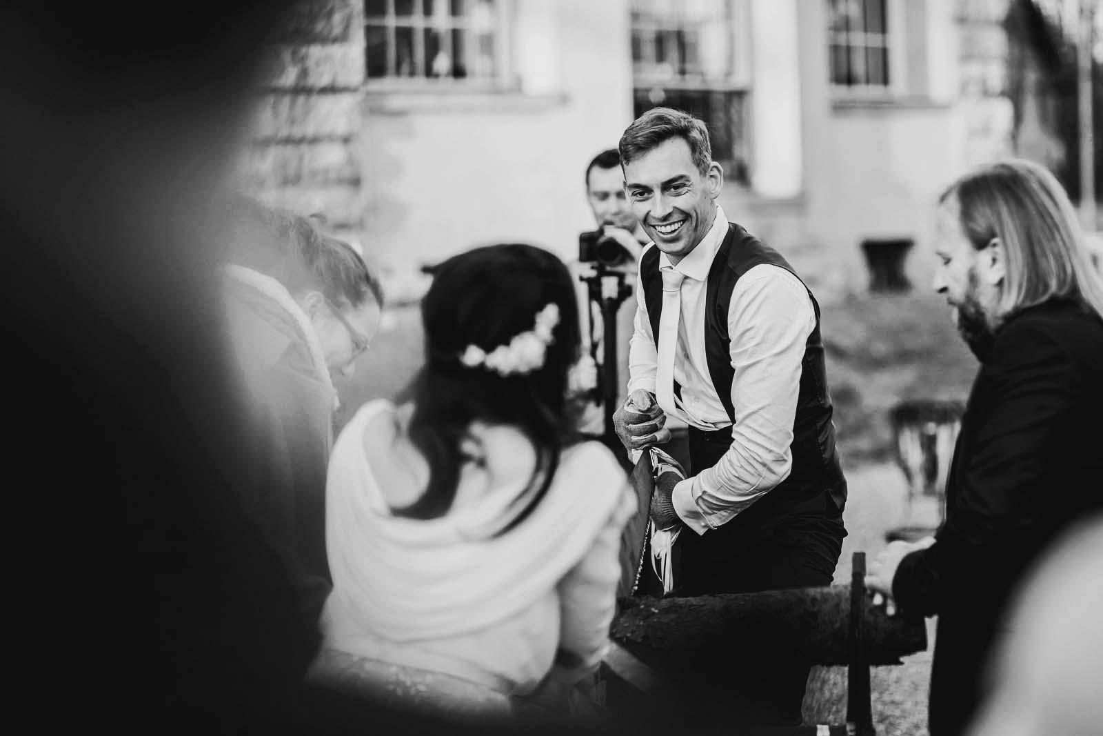 Hochzeitsfotograf beim Baumstammsaegen am Schloss Kartzow Copyright by Hochzeitsfotograf www.berliner-hochzeitsfotografie.de