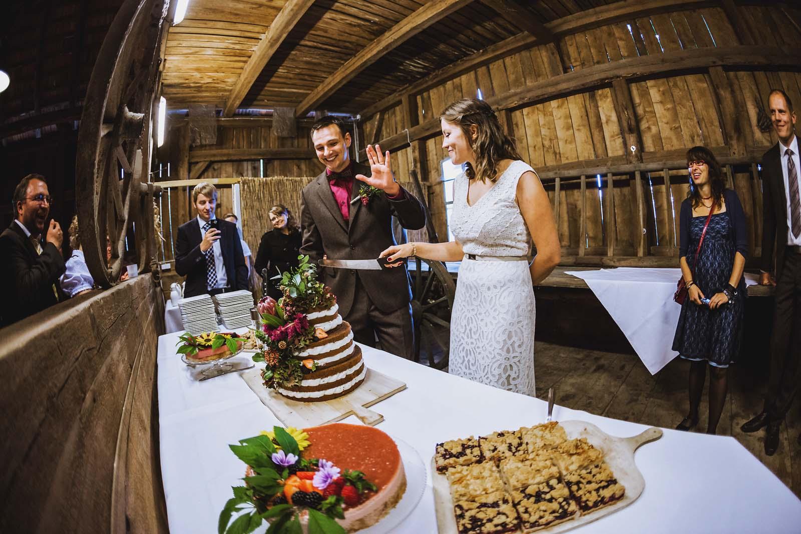 Vintage Hochzeit Brautpaar schneidet Hochzeitstorte Copyright by Hochzeitsfotograf www.berliner-hochzeitsfotografie.de