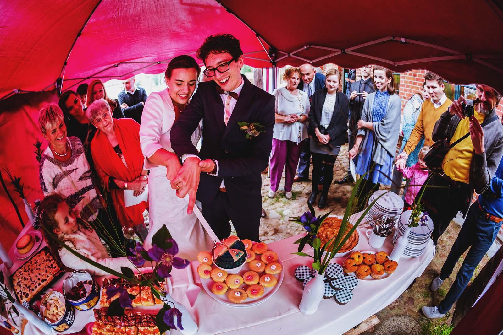 Hochzeitsfotograf beim Anschnitt der Hochzeitstorte Copyright by Hochzeitsfotograf www.berliner-hochzeitsfotografie.de