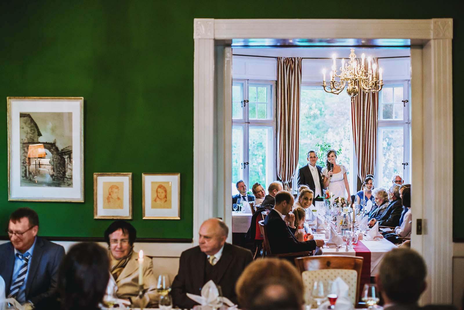 Rede vom Brautpaar im Gutshaus Kubbelkow Hochzeitsreportage Copyright by Hochzeitsfotograf www.berliner-hochzeitsfotografie.de