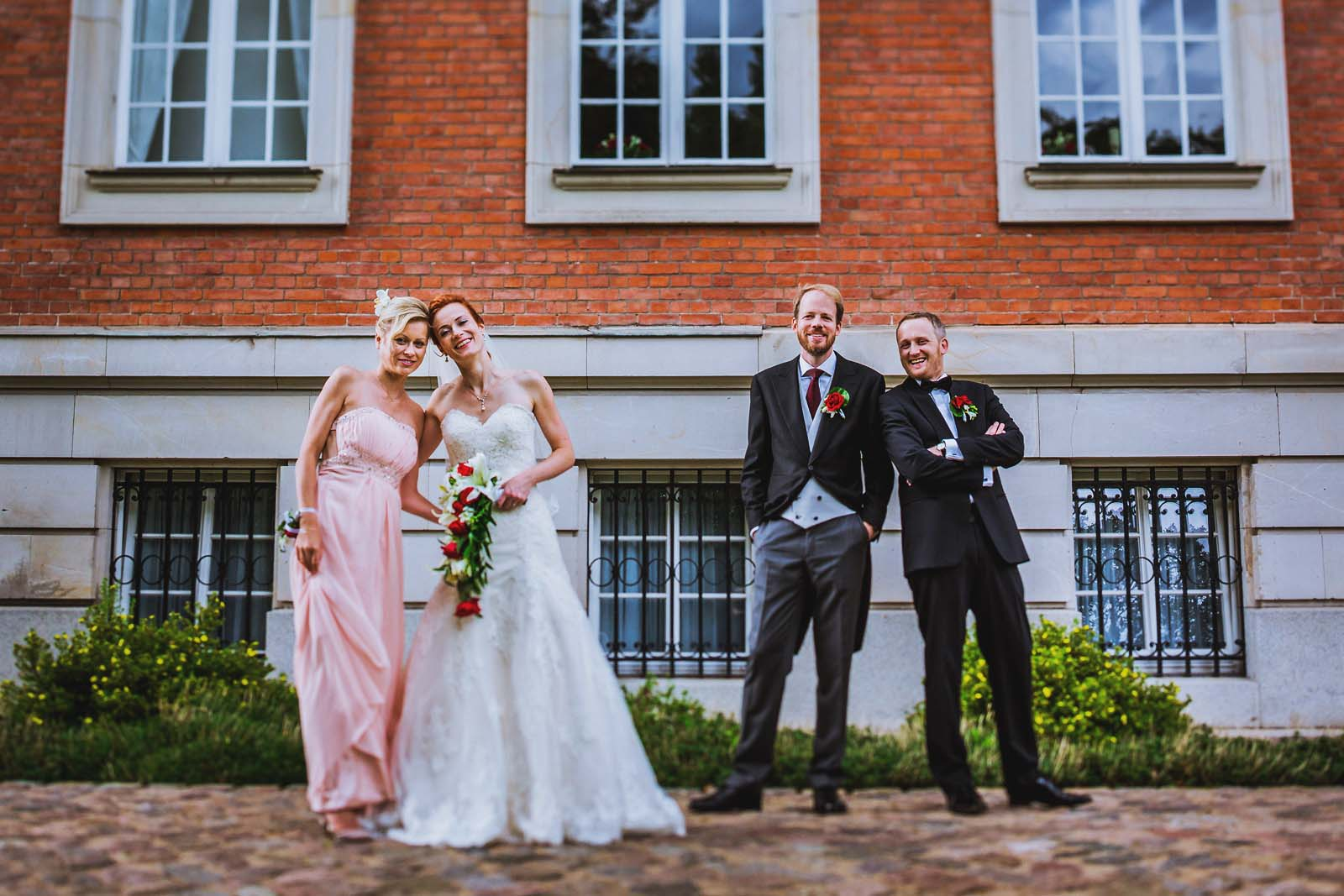 Hochzeitsfotograf mit Brautpaar am Schloss Karow Copyright by Hochzeitsfotograf www.berliner-hochzeitsfotografie.de