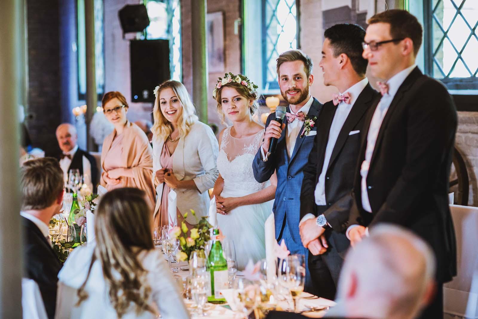 Hochzeitsfotograf Berlin Rede vom Brautpaar im Schloss Britz Copyright by Hochzeitsfotograf www.berliner-hochzeitsfotografie.de