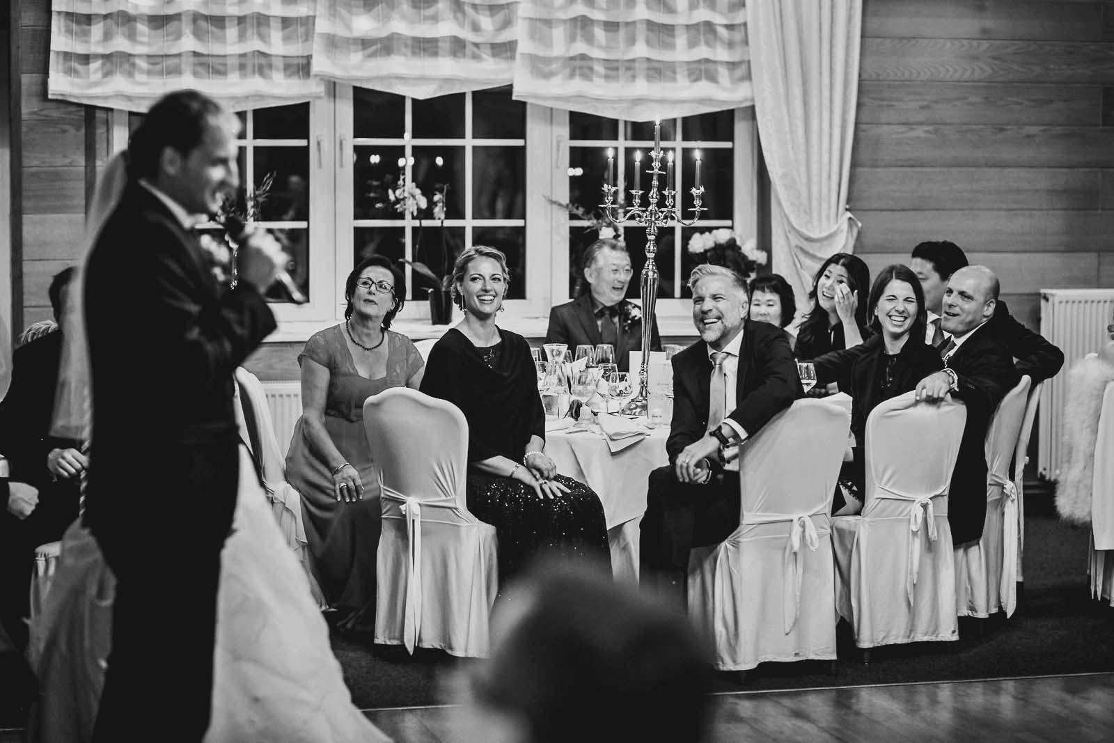 Gaeste lachen auf dem Foto der Hochzeitsreportage Copyright by Hochzeitsfotograf www.berliner-hochzeitsfotografie.de