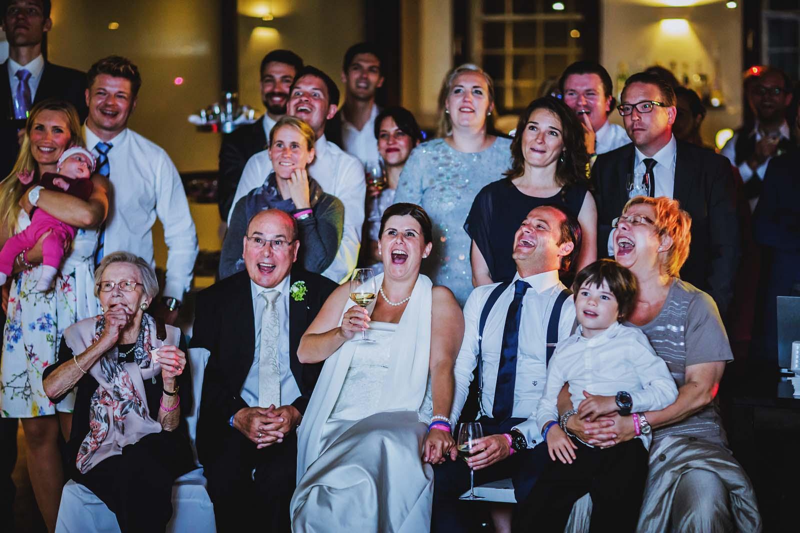 Brautpaar hat Spass auf dem Foto der Hochzeitsreportage Copyright by Hochzeitsfotograf www.berliner-hochzeitsfotografie.de