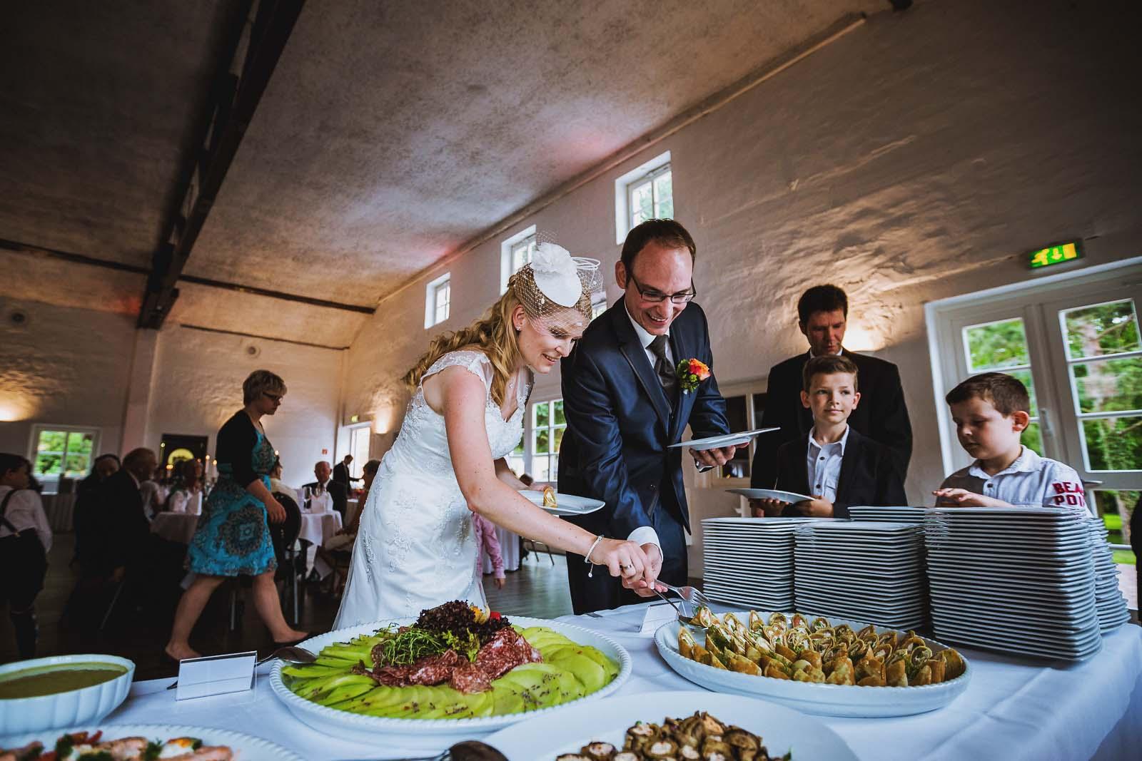 Brautpaar am Buffet Hochzeitsfotograf Hannover Copyright by Hochzeitsfotograf www.berliner-hochzeitsfotografie.de