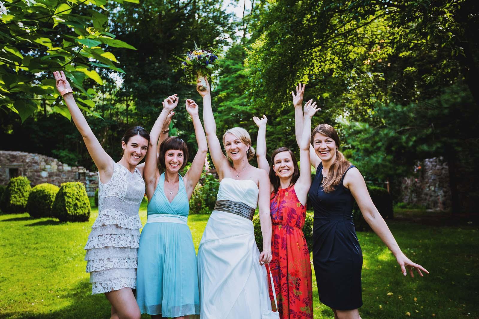 Hochzeitsfotograf stellt Braut mit Jungfern zum Gruppenfoto Copyright by Hochzeitsfotograf www.berliner-hochzeitsfotografie.de