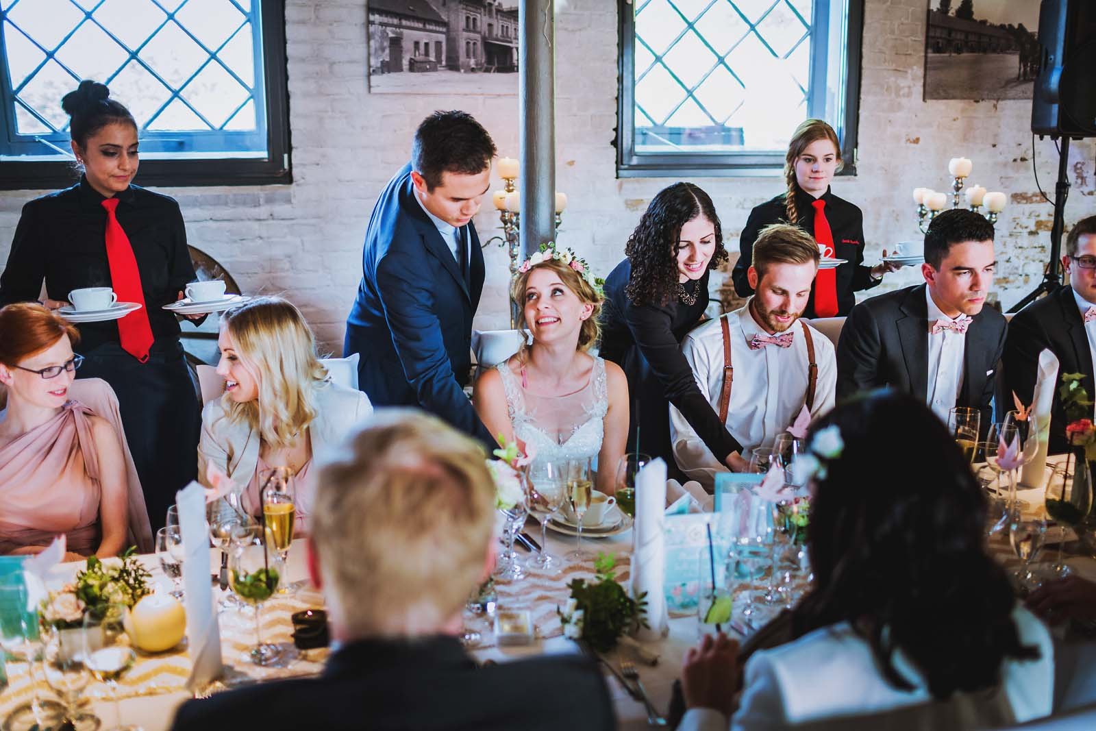 Menue am Tisch waehrend einer Hochzeit im Ochsenstall vom Schloss Britz in Berlin Copyright by Hochzeitsfotograf www.berliner-hochzeitsfotografie.de