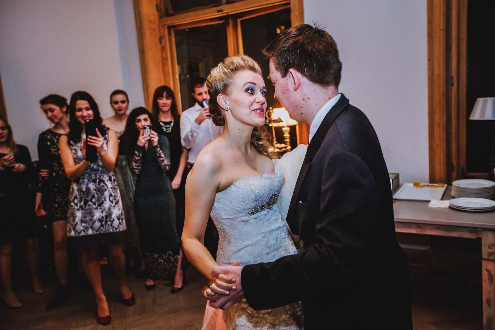 Hochzeitsfotograf begleitet ein Brautpaar beim Tanzen Copyright by Hochzeitsfotograf www.berliner-hochzeitsfotografie.de