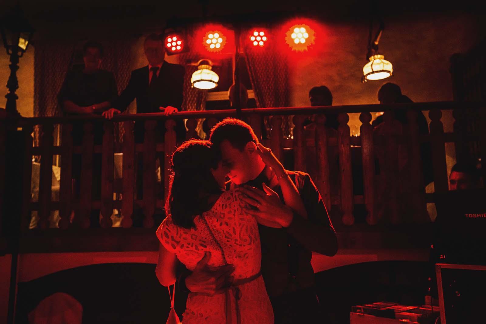 Hochzeitsfotograf Spreewald Rotes Licht beim ersten Tanz Copyright by Hochzeitsfotograf www.berliner-hochzeitsfotografie.de