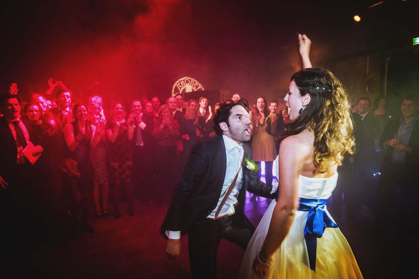 Brautpaar jubelt beim Tanz Hochzeitsfotograf Berlin Copyright by Hochzeitsfotograf www.berliner-hochzeitsfotografie.de