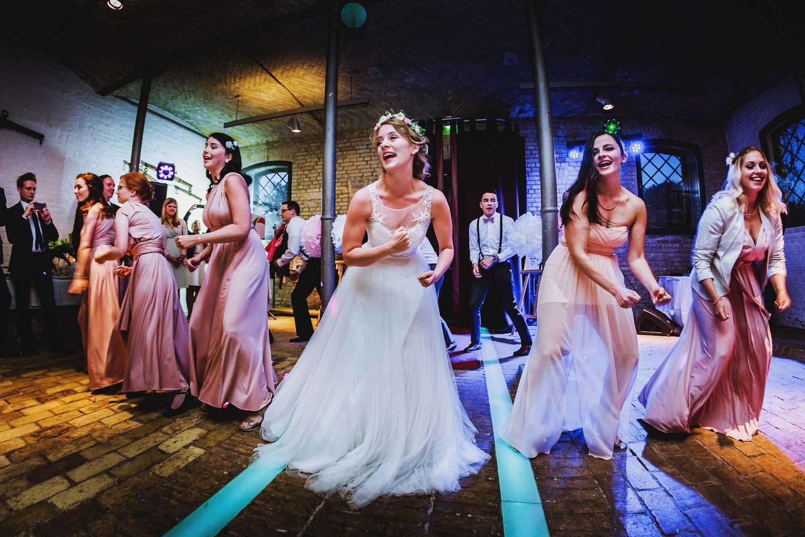 Hochzeitsreportage in Berlin Braut tanzt im Schloss Britz Copyright by Hochzeitsfotograf www.berliner-hochzeitsfotografie.de