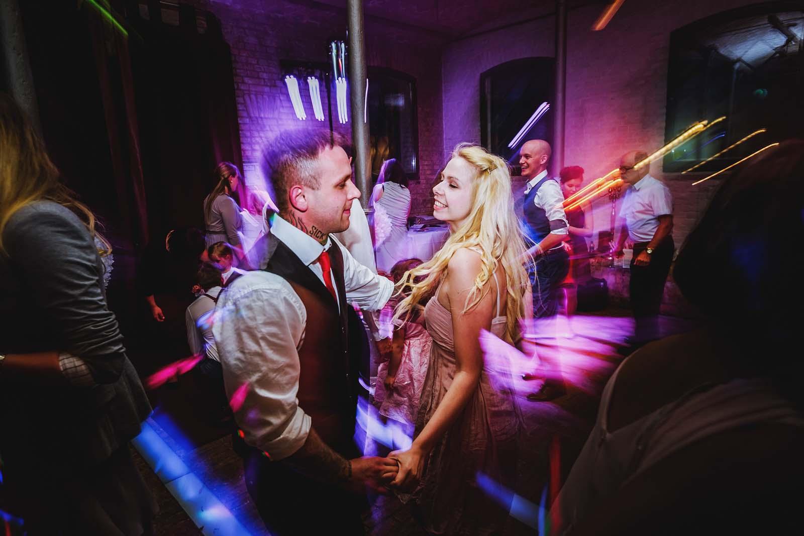 Hochzeitsreportage am Abend zeigt tanzende Gaeste Copyright by Hochzeitsfotograf www.berliner-hochzeitsfotografie.de
