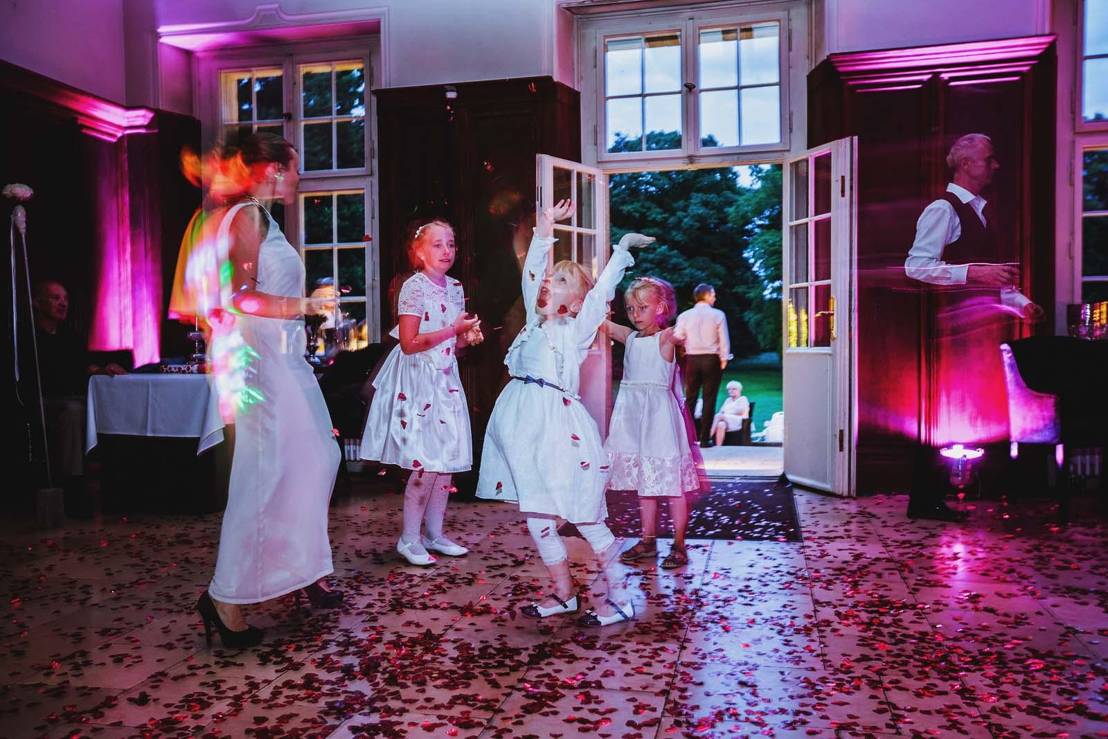 Kinder auf der Tanzflaeche Partyfoto der Hochzeitsreportage Copyright by Hochzeitsfotograf www.berliner-hochzeitsfotografie.de