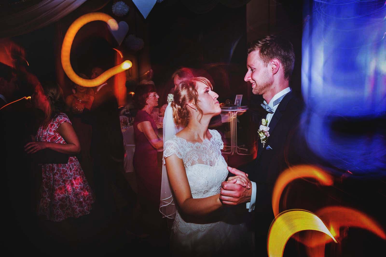 Brautpaar waehrend der Party Foto vom professionellem Hochzeitsfotograf Copyright by Hochzeitsfotograf www.berliner-hochzeitsfotografie.de