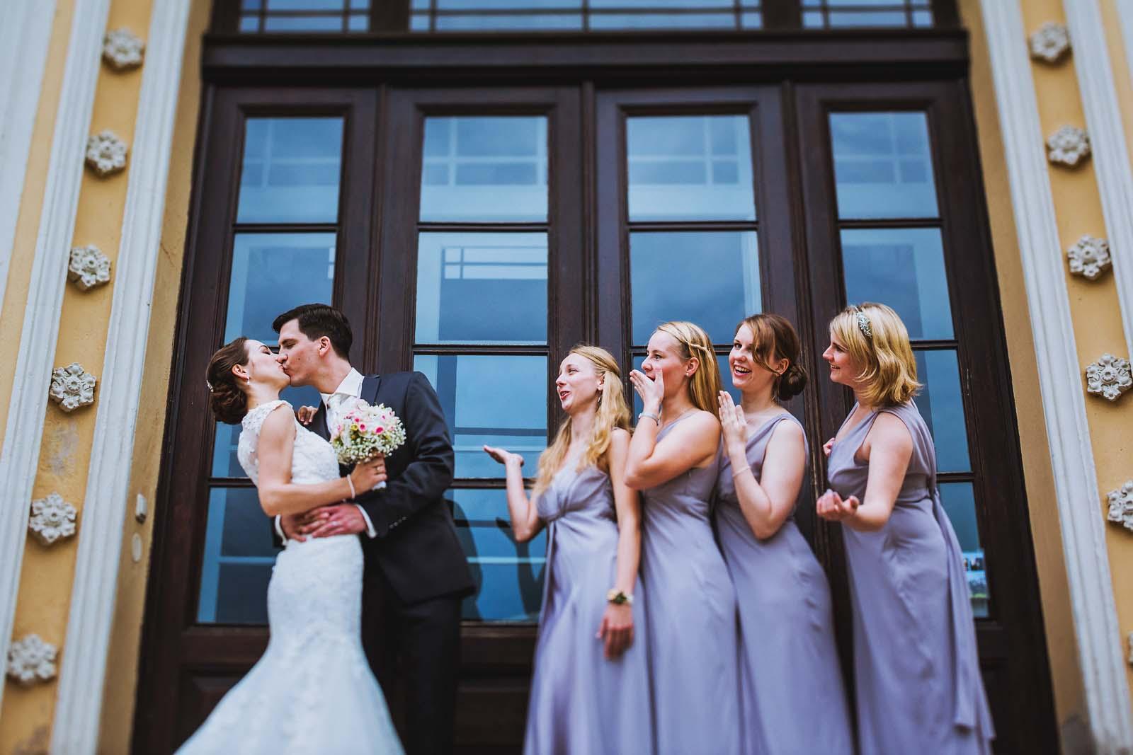 Gruppenfoto vom Brautpaar mit Brautjungefern am Schloss Kroechlendorff Copyright by Hochzeitsfotograf www.berliner-hochzeitsfotografie.de