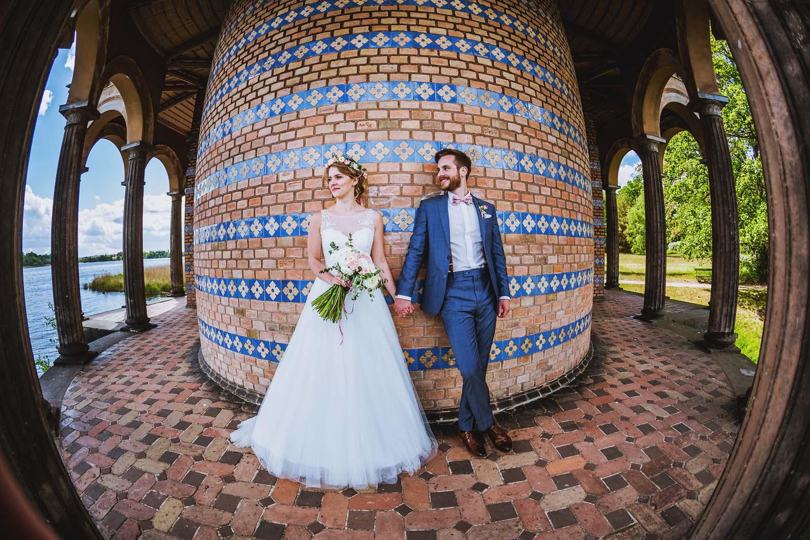 Hochzeitsfotograf Potsdam Brautpaar an der Heilandskirche Sacrow Copyright by Hochzeitsfotograf www.berliner-hochzeitsfotografie.de
