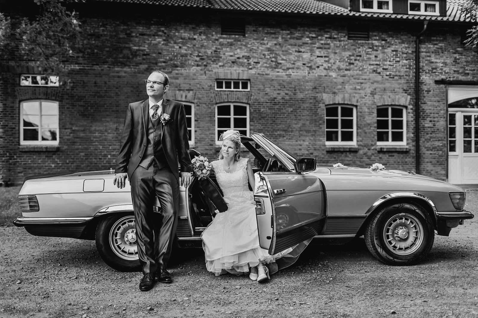 Fotoshooting mit Mercedes SL Hochzeitsfotograf Hannover Copyright by Hochzeitsfotograf www.berliner-hochzeitsfotografie.de