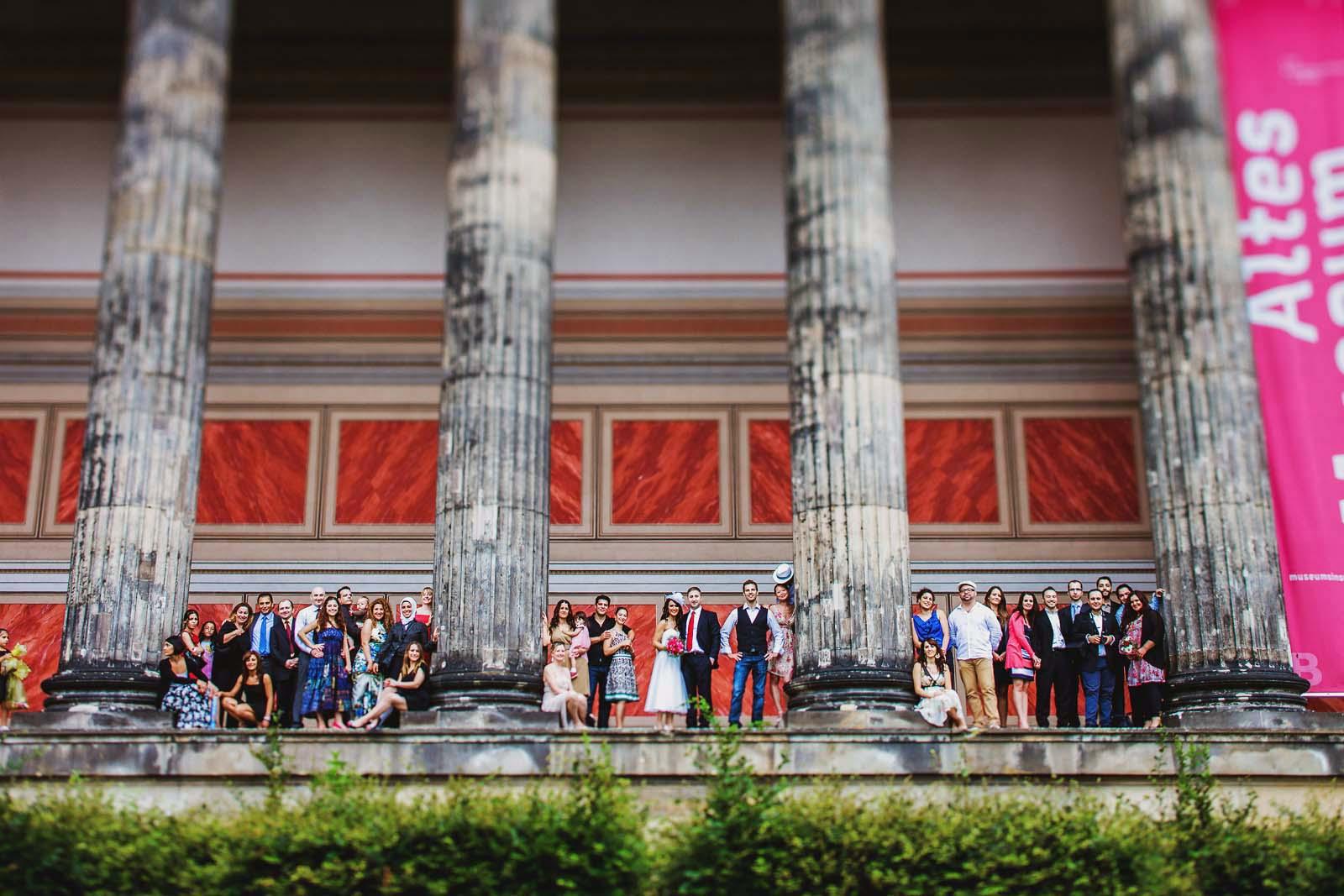 Hochzeitsgesellschaft am Alten Museum in Berlin Gruppenfoto vom Hochzeitsfotograf Copyright by Hochzeitsfotograf www.berliner-hochzeitsfotografie.de